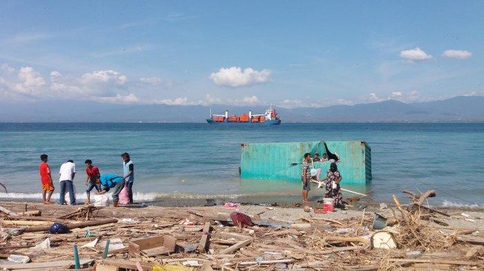Update Gempa Palu: Demi Bertahan Hidup, Warga Donggala Jebol Kontainer Hanyut - dongala_20181004_200454.jpg