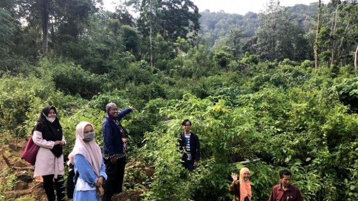 Tinjau Lokasi PKM di Moncongloe Bulu, Dosen UNM Dapat Respon Positif dari Kades