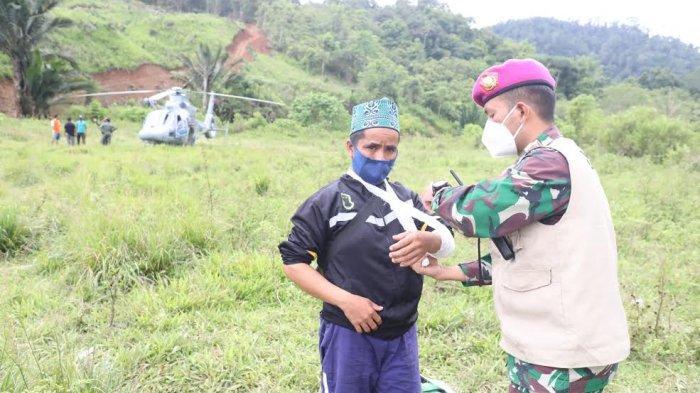 Letda Laut (K) dr Feddy Manurung melakukan pengobatan kepada warga korban gempa di Desa Ulumanda dan Desa Pompenga kecamatan Ulumanda, Kabupaten Majene, Sulbar, Jumat (22/1/2021).