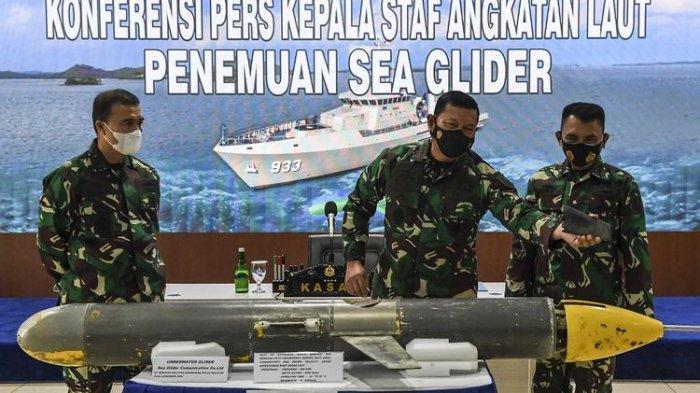 Kepala Staf Angkatan Laut (KSAL) Laksamana TNI Yudo Margono menunjukan temuan seaglider yang sempat dicurigai drone laut, di Jakarta, Senin (4/1/2021).