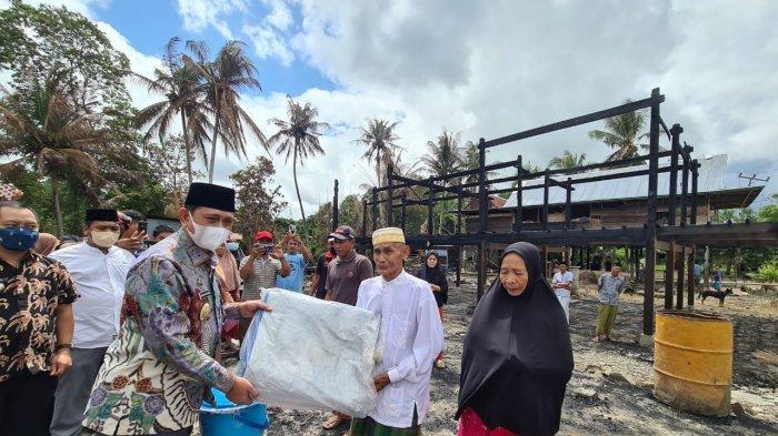 Bupati Wajo Kunjungi dan Beri Bantuan Imam Desa di Gilireng yang Rumahnya Terbakar