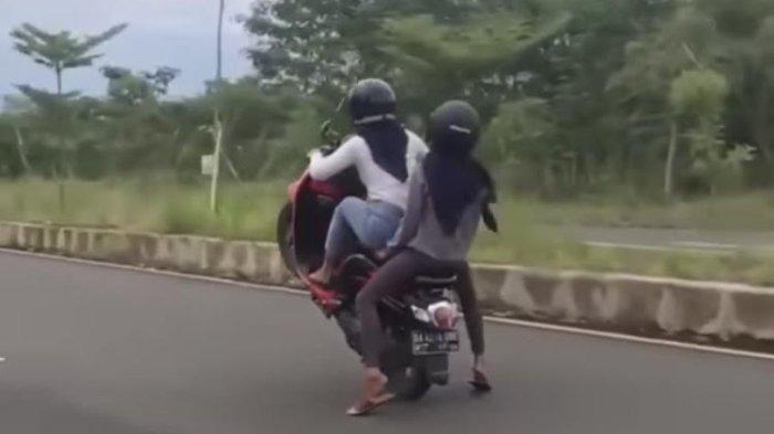Video Viral Dua Wanita Pamer Aksi Freestyle Motor, Tuai Kecaman Warganet