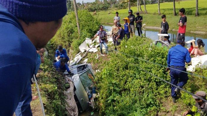 Hindari Pejalan Kaki, Dua Mobil Bak Terbuka Tabrakan di Maniangpajo Wajo