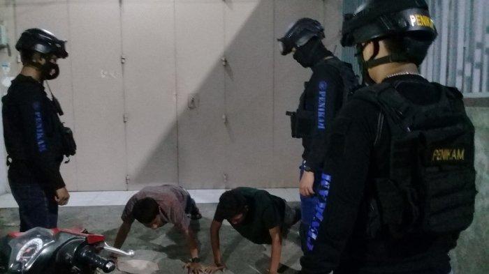 Tak Pakai Helm dan Makser, Pengendara di Jl Anuang Makassar Dihukum Push Up