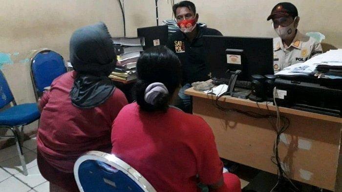 Dua perempuan diinterogasi oleh Kasi Penyelidikan dan Penyidikan Satpol PP Pamekasan, Hasanurrahman di kantor Satpol PP Pamekasan, Rabu (28/4/2021) malam.