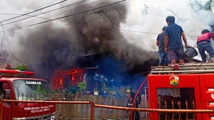 Dua Rumah Dilalap si Jago Merah di Jl Gajah Toraja Utara, Dekat dari Kantor Pemadam Kebakaran