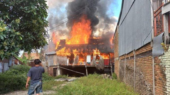 Dua Rumah Panggung di Jalan Bangau Pinrang Hangus Dilalap Api, Kerugian Ditaksir Rp105 Juta