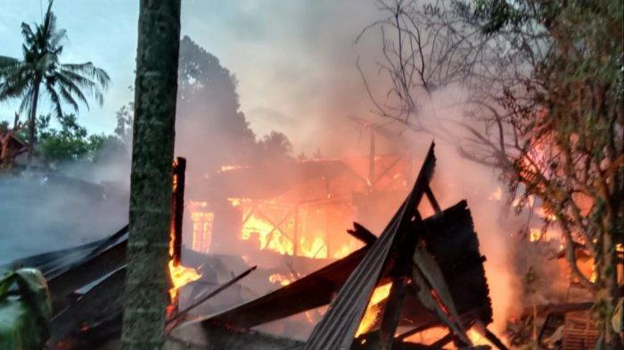 BREAKING NEWS: Dua Rumah Terbakar di Jl Kenari Wasuponda Luwu Timur