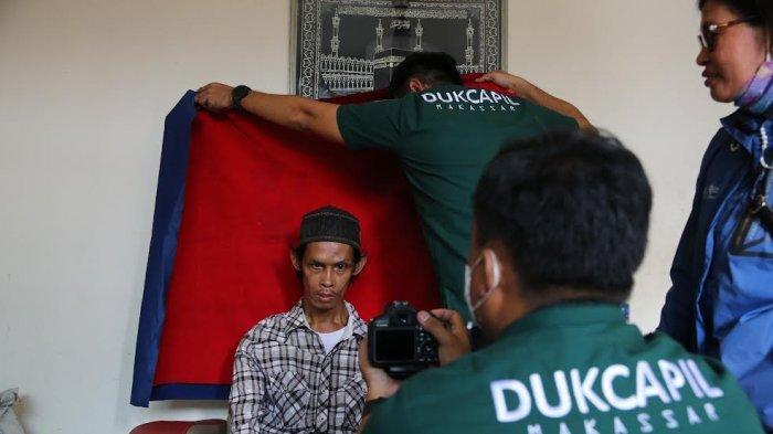 FOTO; Dukcapil Makassar Lakukan Perekaman e-KTP ke Rumah Warga - dukcapil-kota-makassar-melakukan-pelayanan-jemput-bola-perekaman-ktp-elektronik-2.jpg