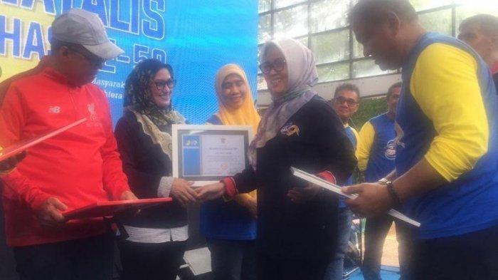 Indah Putri Indriani Dapat Penghargaan dari Unhas Makassar