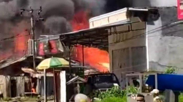 7 Rumah di Jalan Tuna Mamuju Terbakar