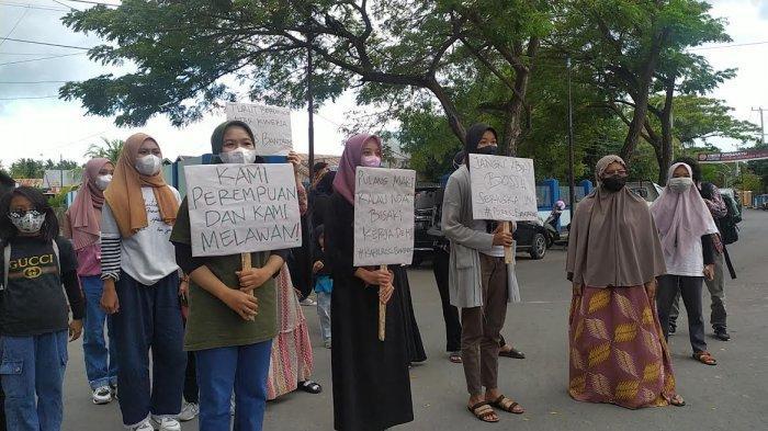 Datangi Polres Bantaeng,Emak-emak Desak Polisi Tangkap Tersangka Kasus Rudapakasa Anak di Bawah Umur