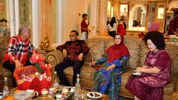 Imlek 2571, Gubernur Sulsel Silaturahmi ke Sejumlah Tokoh Tionghoa - emmy-jita-dan-rudy-wijaya-2-2512020.jpg