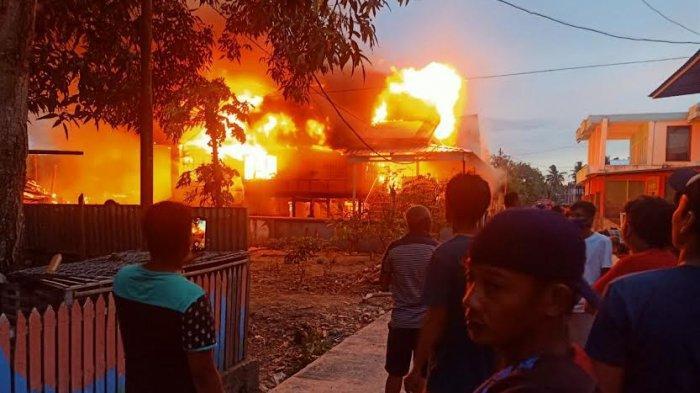 Kebakaran di Dua Pitue Sidrap, 4 Rumah Panggung Ludes