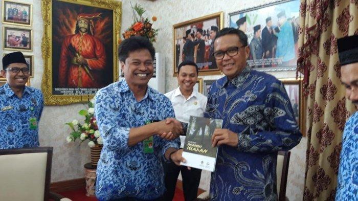 Kepala Balai Besar Konservasi Sumber Daya Alam Sulawesi Selatan, Thomas Nifinluri, menyerahkan Buku wisata alam Sulawesi Selatan kepada Gubernur Sulsel, Prof Nurdin Abdullah.