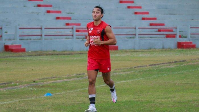 Ezra Walian Latihan Terpisah dengan Skuat PSM Makassar
