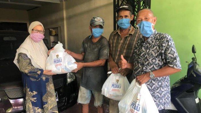 Dosen Farmasi Unhas Bagikan 170 Paket Sembako ke Masyarakat Kurang Mampu