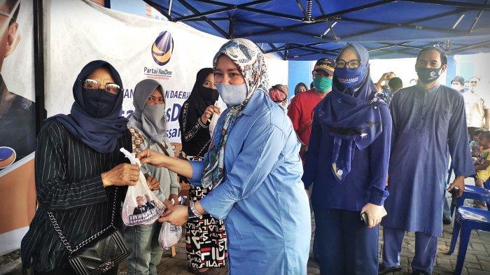 FOTO: Nasdem Makassar Kurban 14 Ekor Sapi - fatmawati-rusdi-membagikan-secara-simbolis-daging-kurban-kepada-warga-1.jpg