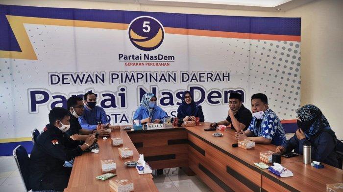 FOTO: Nasdem Makassar Kurban 14 Ekor Sapi - fatmawati-rusdi-membagikan-secara-simbolis-daging-kurban-kepada-warga-3.jpg
