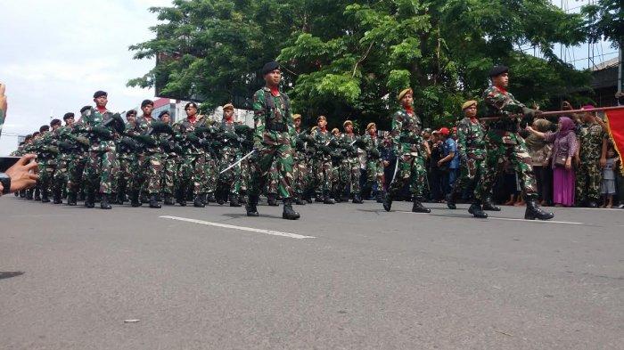 Masyarakat Makassar Antusias Saksikan Defile Pasukan TNI di Karebosi - fil2_20171005_121734.jpg