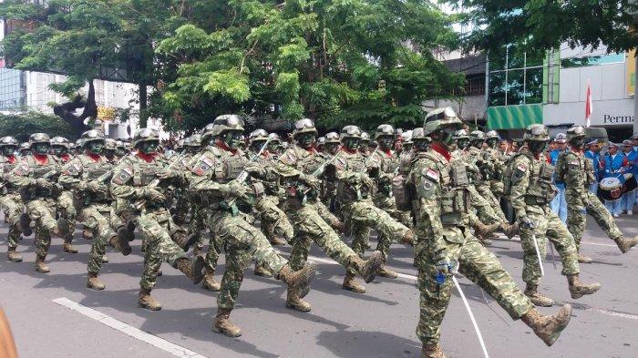 Masyarakat Makassar Antusias Saksikan Defile Pasukan TNI di Karebosi - fil3_20171005_121824.jpg