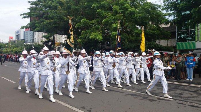 Masyarakat Makassar Antusias Saksikan Defile Pasukan TNI di Karebosi - fil4_20171005_121833.jpg