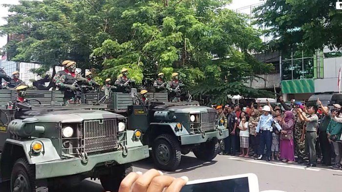 Masyarakat Makassar Antusias Saksikan Defile Pasukan TNI di Karebosi - fil5_20171005_121940.jpg