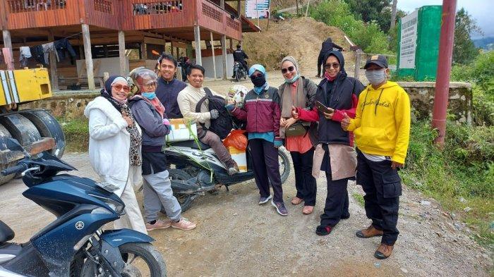 Rombongan dosen Fakultas Tarbiyah dan Ilmu Keguruan atau FTIK IAIN Palopo saat mengunjungi Kecamatan Rongkong, Kabupaten Luwu Utara, Sulawesi Selatan.