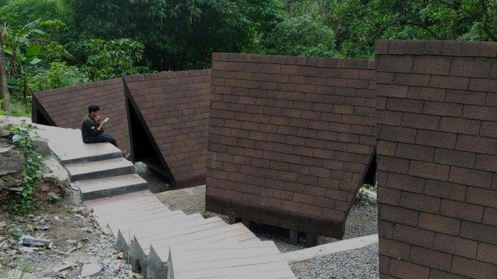 Gazebo yang baru dibangun di lokasi wisata Air Terjun Bissappu di Desa Bonto Salluang
