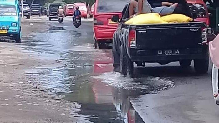 Genangan Air Depan Terminal Pasar Karisa Jeneponto Ganggu Pengguna Jalan