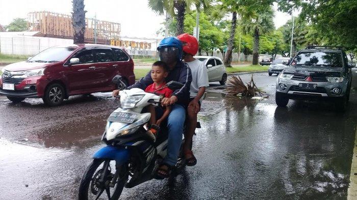 Hati-hati Berkendara di Jl Metro Tanjung Bunga Makassar, Ada Lubang Jalan Tertutupi Genangan Air