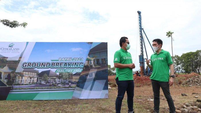 GM Tallasa City, Timotius Iwan Arianto (kanan) berbincang dengan Manager Marketing Tallasa City, Aloysius Pangki disela kegiatan Ground Breaking fasilitas area Citraland Tallasa City