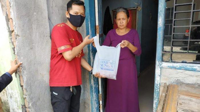 GMTD dan Siloam Bagi 300 Kantong Daging Kurban ke Warga Sekitar Tanjung Bunga