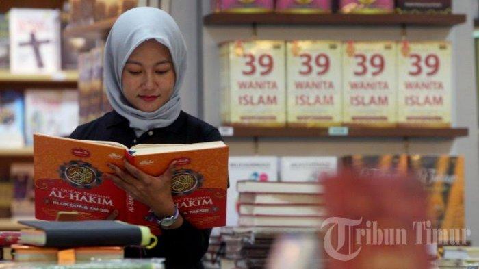 Bagaimana Hukum Baca Al Quran Lewat HP atau Ponsel? Apakah Perlu Wudhu Juga?