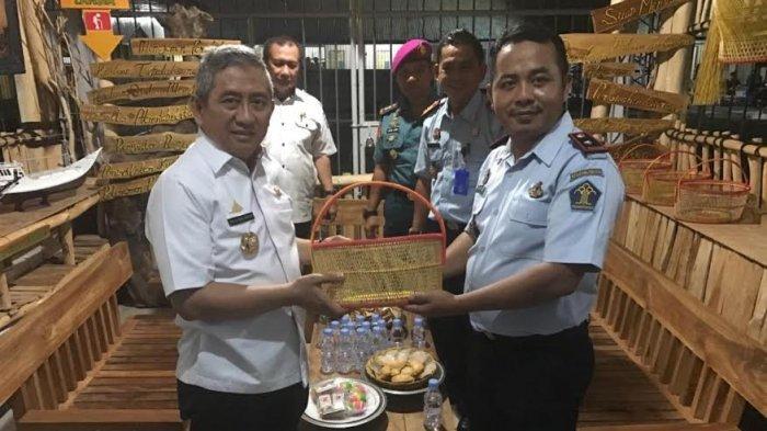 Kunjungi Rutan Majene, Gubernur Sulbar Serahkan Bantuan Pengembangan Ternak Ayam