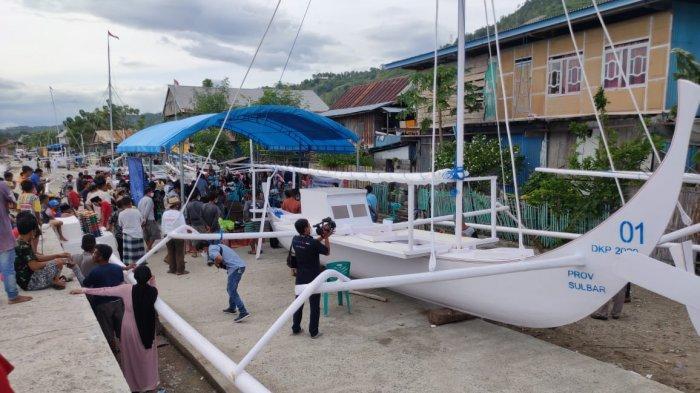 Dorong Kesejahteraan Nelayan, Gubernur Sulbar Kembali Bagikan 5 Perahu Sandeq