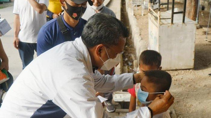 Gubernur Sulsel Nurdin Abdullah Bagi Masker ke Anak-anak di Pantai Bonea Selayar