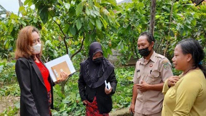 Datangi Rumah Siswa yang Jarang Belajar Daring, Guru SMPN 6 Palopo Rela Naik Gunung