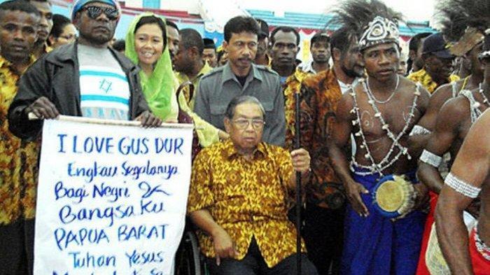 Presiden Abrurrahman Wahid atau Gus Dur pernah membiarkan bendera OPM berkibar di Papua, 30 Desember 1999. Namun, kebijakan itu ditentang anak buahnya sendiri di pemerintahan.