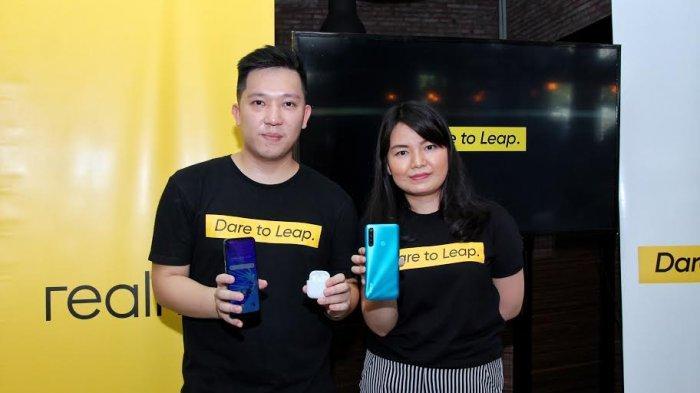 Felix Christian, Product Manager realme Indonesia (kiri) dan Krisva Angnieszca, Public Relations Manager realme Indonesia (kanan)