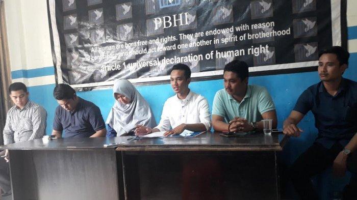 hasdalil-mukminat-27-putri-bos-coto-makassar-daeng-liwang-mendatangi-kantor-pbhi-sulsel.jpg