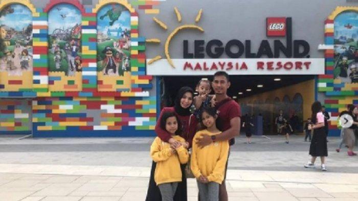 Pemain PSM Makassar, Zulkifli Syukur jalan-jalan ke Legoland Malaysia Resort, ia nampak memboyong istri dan putrinya.