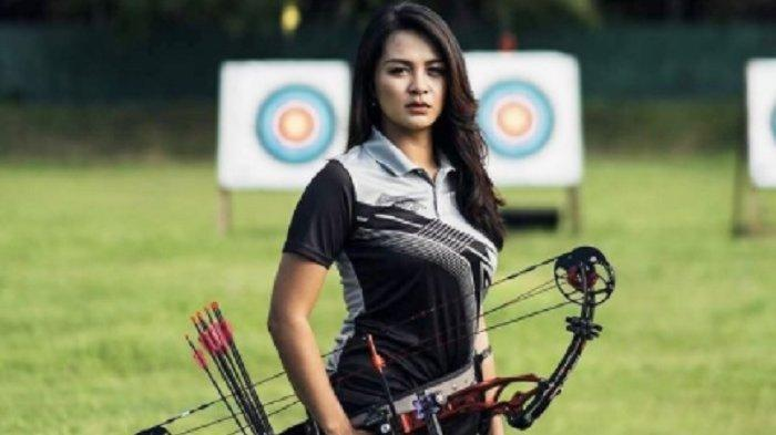 Istri gelandang PSM Makassar, Sutanto Tan sekaligus atlet panahan Indonesia,  Dellie Threesyadinda