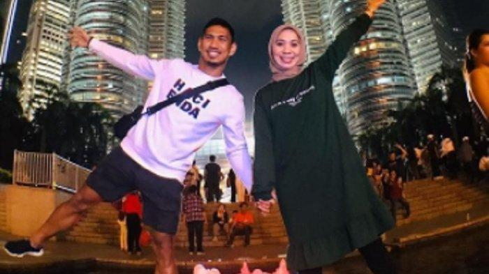 Pemain PSM Makassar, Zulkifli Hasan bersama istrinya di depan Menara Petronas Malaysia.