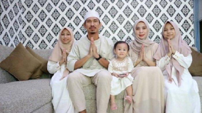 Pemain PSM Makassar, Zulkifli Syukur merayakan lebaran Idul Fitri bersama keluarga.
