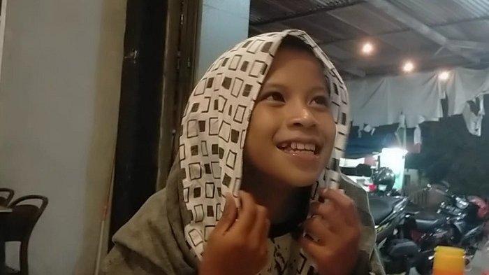 Bikin Kaget Pengunjung Warkop Sahabat Gowa, Bocah Perempuan Ini Diganjar Rupiah