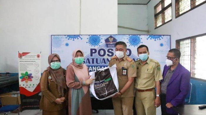 Sembuh dari Covid-19, Istri Bupati Barru Salurkan Bantuan APD dan Paket Sembako ke Satgas