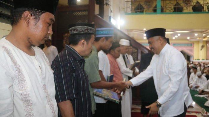 Malam 17 Ramadan, Bupati Maros Bagi-bagi Alquran ke Jamaah Masjid Al-Markaz