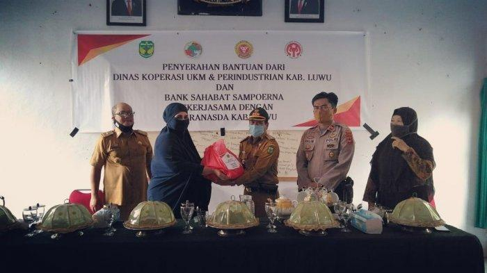Hayarna Basmin Serahkan Bantuan ke Korban Banjir di Suli