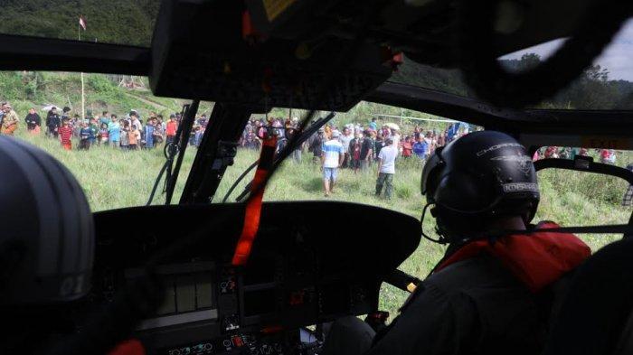 FOTO: Kehadiran Heli TNI AL di Dua Desa Terosilir Majene Jadi Tontonan Warga